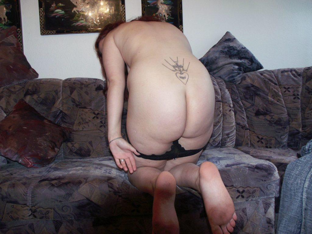Nackte tätowierte Frau